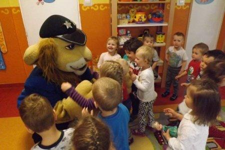 Komisarz Lew z wizytą u dzieci